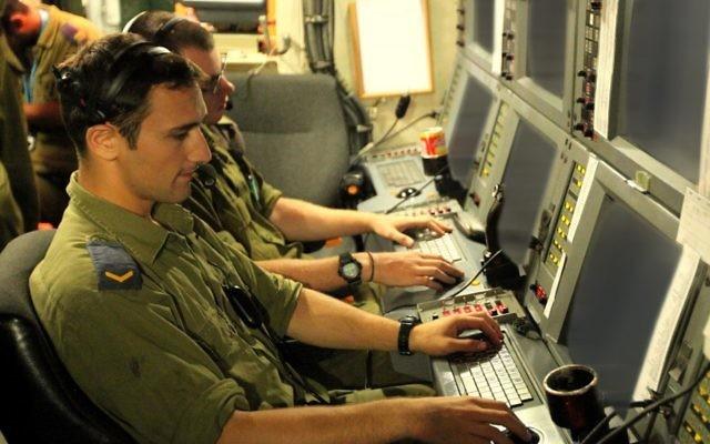 Des soldats israéliens travaillent sur le système de défense informatique (photo credit: Moshe Shai/Flash90/File)