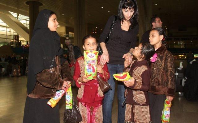 Des Juifs yéménites à leur arrivée en Israël à l'aéroport Ben Gurion en 2009. (Crédit : Roni Schutzer/Flash90)