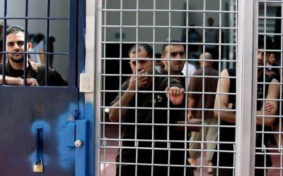 Des prisonniers sécuritaire de la prison d'Ofer, en Israël, le 20 août 2008. Illustration. (Crédit : Moshe Shai/Flash90)