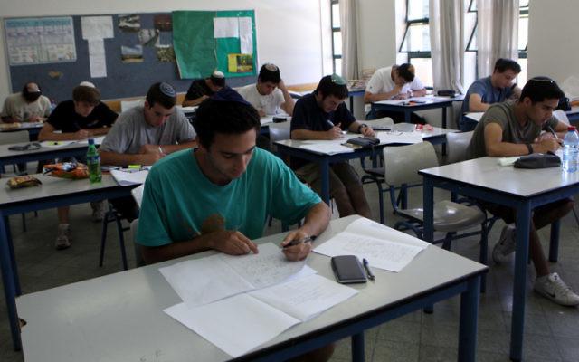 Des lycéens de Jérusalem pendant leurs examens finaux de mathématiques. Illustration. (Crédit : Yossi Zamir/Flash90)