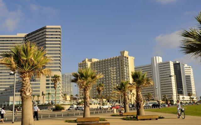Illustration : Des hôtels sur la côte méditerranéenne à Tel Aviv. (Crédit: Serge Attal/Flash90)
