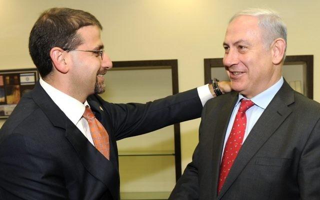 Le Premier ministre Benjamin Netanyahu (à droite) rencontre l'ambassadeur des États-Unis en Israël, Dan Shapiro, à Tel Aviv en 2011. (Crédit photo: Matty Stern/ Ambassade des États-Unis/Flash90)