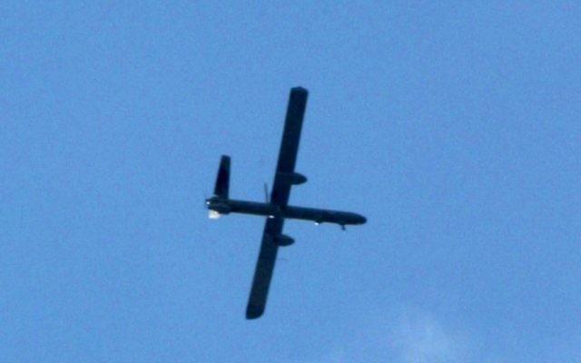 Un drone israélien en plein vol (Crédit : Abed Rahim Khatib/Flash 90)