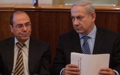 Le Premier ministre Benjamin Netanyahu, à droite, et  le vice-Premier ministre Silvan Shalom (Crédit : Uri Lenz/Flash90)