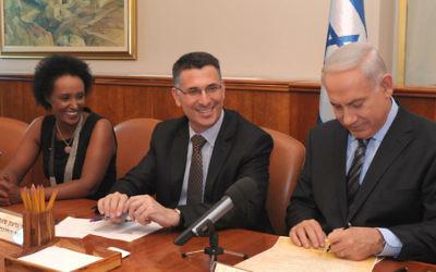 Gideon Saar (au centre) et le Premier ministre Benjamin Netanyahu, le 21 août 2014 (Crédit : Moshe Milner/Flash90)