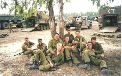 Guy Hever (cinquième à droite, avec des lunettes) et des amis quelques semaines avant sa disparition en 1997. (Crédit : autorisation de Rina Hever)