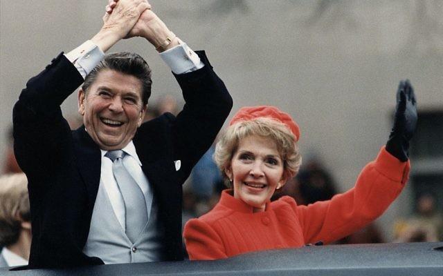 Le président Ronald Reagan, avec son épouse Nancy pour son investiture en 1981. (Crédit : Wikicommons)