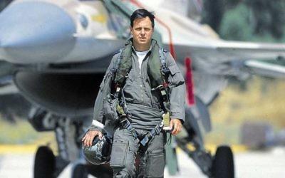 Ilan Ramon, le premier astronaute israélien, devant un avion de combat F-16. Ramon est mort dans la désintégration de la navette spatiale Columbia, quand elle a pénétré l'atmosphère terrestre le 1er février 2003. (Crédit : Flash90)