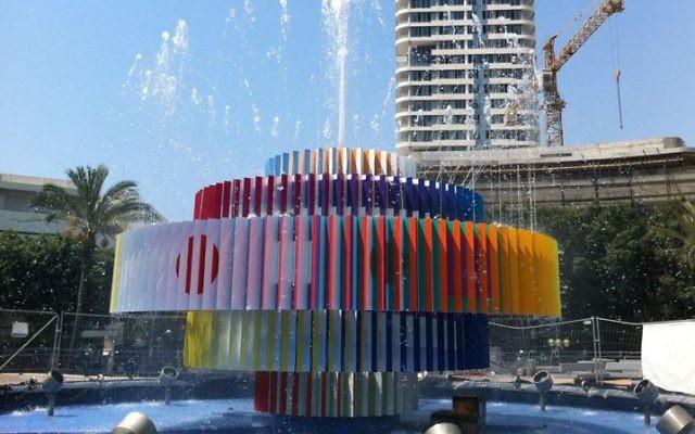 La célèbre fontaine de Yaacov Agam sur la place Dizengoff à Tel Aviv. (Crédit : Michal Dahan)
