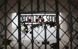 """Le camp de Buchenwald où sur l'inscription sur le fronton est écrit : """"À chacun ce qu'il mérite"""" (Crédit : Paul Paul Pugliese)"""