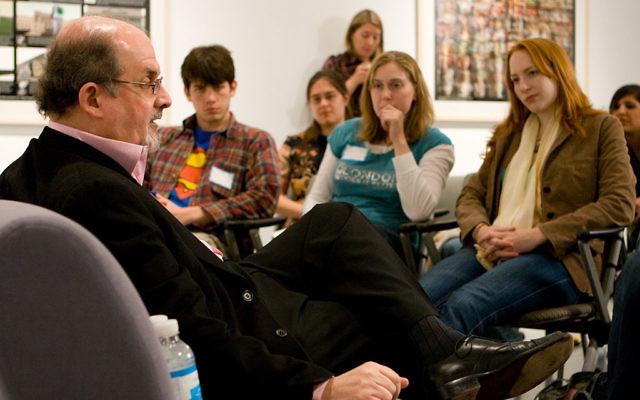 Salman Rushdie avec des étudiants (Crédit : CC-BY-SA, Nrbelex, Wikimedia Commons)