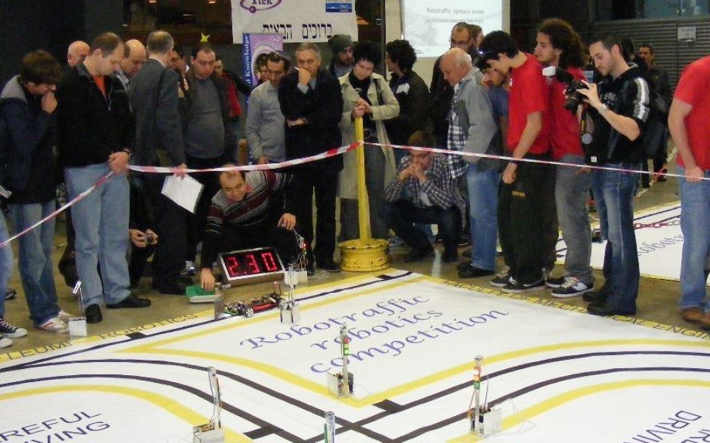Des étudiants du programme Kadima Mada  visitent une compétition de robots à Moscou. (Crédit : autorisation)