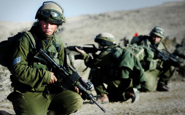 Illustration : Le bataillon Caracal, unité combattante mixte, pendant un entraînement en novembre 2007. (Crédit : Yoni Markovitzki/unité des porte-paroles de l'armée israélienne/Flash90)