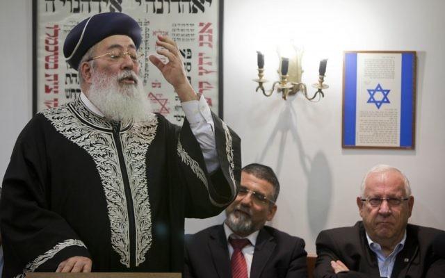 Shlomo Amar, alors grand rabbin séfarade d'Israël, devant la Knesset, en février 2012. (Crédit : Yonatan Sindel/Flash90)