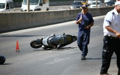 Illustration : une moto à terre après un accident. (Crédit : Yehoshua Yosef/Flash90)