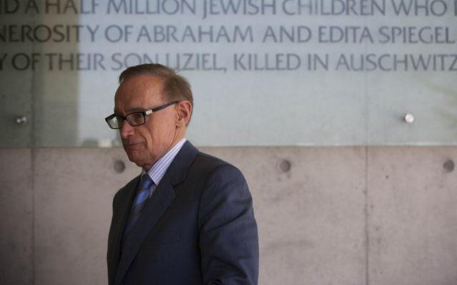 L'ex- ministre des Affaires étrangères Bob Carr visite le mémorial de l'Holocauste de Yad Vashem à Jérusalem le 7 août 2012. (Crédit: Yonatan Sindel/ Flash90)