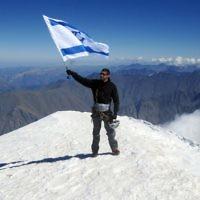 Nadav Ben Yehuda au sommet du mont Kazbeck en 2012. (Anna Godg'bidzh/ GPO/ Flash90)
