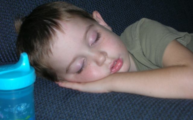 Un enfant endormi. (Crédit : CC BY-SA 3.0 by Stokedsk8erboy, Wikimedia Commons)