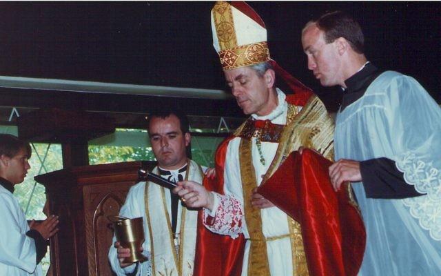 L'évêque Richard Williamson en 1991. (Crédit :  CC BY, Jim, the Photographer, Flickr)