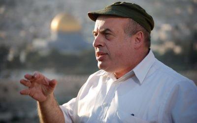 Natan Sharansky, président de l'Agence juive, devant la Vieille Ville de Jérusalem. (Crédit : Oren Fixler/Flash90)