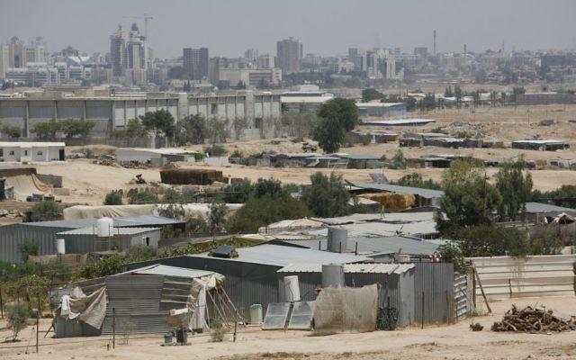 La ville bédouine de Segev Shalom, et Beer Sheva à l'arrière-plan. Illustration. (Crédit : Miriam Alster/Flash90)