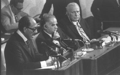 Le président égyptien Anwar Sadat prend la parole à la Knesset au cours de sa visite en Israël, le 20 novembre 1977. (Crédit : Flash90)