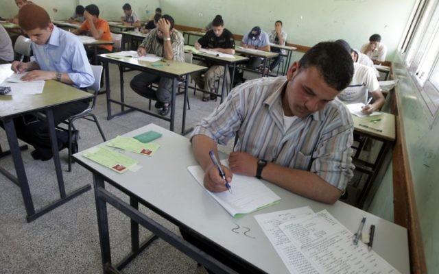 Les étudiants en train de passer les examens finaux à Rafah, au sud de la bande de Gaza, en juin 2009 (Crédit : Abed Rahim Khatib / Flash90)