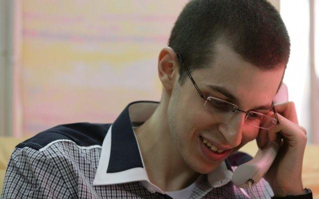 """Gilad Shalit dans sa """"chemise célèbre"""" le jour de sa libération (Crédit : Porte-parole de l'armée israélienne/Flash90)"""