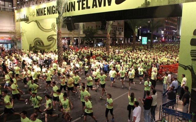 Des coureurs à la place Rabin en 2011 (Crédit : Meir Partush/Flash90)