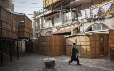 Des Sukkahs dans le quartier ultra-Orthodox de Jerusalem, Mea Shearim (Crédit:  Yonatan Sindel/Flash90)