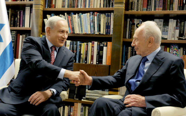 Benjamin Netanyahu rencontre Shimon Peres, (Crédit : Moshe Milner/GPO/Flash90)