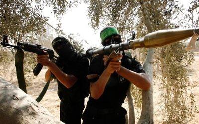 Des Palestiniens appartenant aux Brigades Izz ad-Din al-Qassam qui fait partie de l'aile militaire dui Hamas durant un entraînement à Rafah, au sud de la Bande de Gaza, un jeudi (Crédit : Abed Rahim Khatib/Flash90)