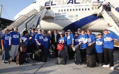 Un groupe de retraités après leur arrivée en Israël en août 2012, dans le cadre d'un voyage pré-Alyah organisé Nefesh B'Nefesh. (Crédit photo: Nefesh B'Nefesh via JTA)