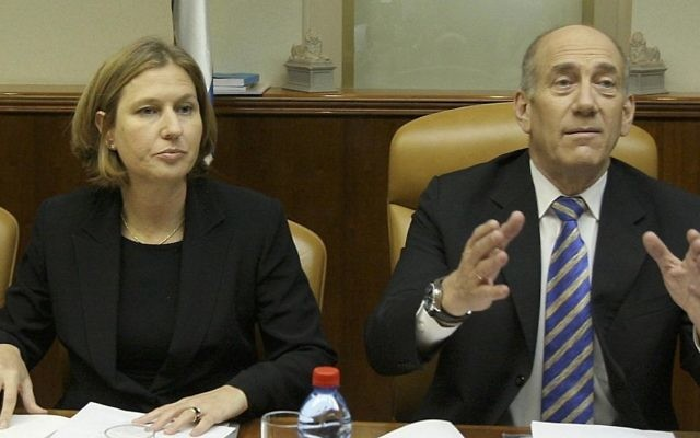Tzipi Livni et Ehud Olmert pendant une réunion du gouvernement, en mai 2007. (Crédit : Flash90)