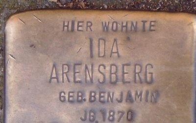 Une pierre du souvenir, appelée Stolpersteine en allemand, à Bonn, en Allemagne. Illustration. (Crédit : Hans Weingartz/Wikimedia Commons)