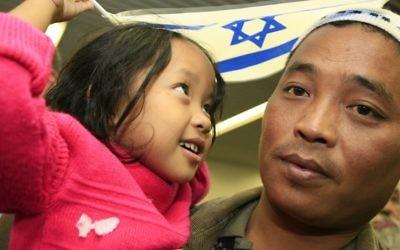 Des immigrants Bnei Menashe arrivent depuis l'Inde à l'aéroport Ben Gourion en 2006. (Crédit : Nati Shohat/Flash90)