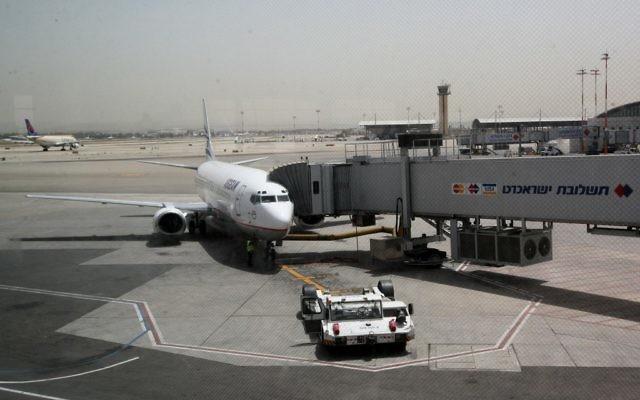 Photo d'illustration : Un avion sur le tarmac de l'aéroport Ben-Gurion (Crédit :  Nati Shohat/Flash90)