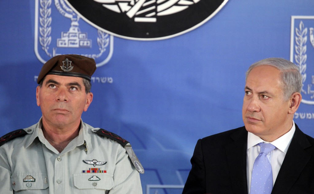 Gabi Ashkenazi et Benjamin Netanyahu en 2011. (Crédit : Abir Sultan / Flash90)