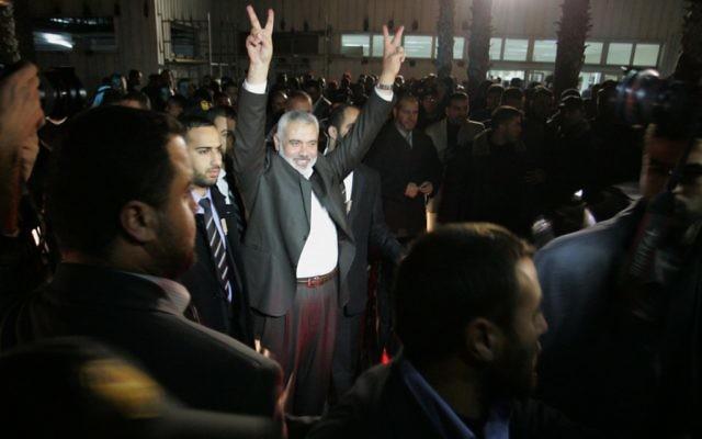 Les partisans du parti islamiste tunisien Ennahdha brandissent des drapeaux palestiniens pendant un discours d'Ismail Haniyeh, alors Premier ministre du Hamas dans la bande de Gaza, à Tunis, le 8 janvier 2012. (Crédit : Mohammed Al-Ostaz/Flash90)