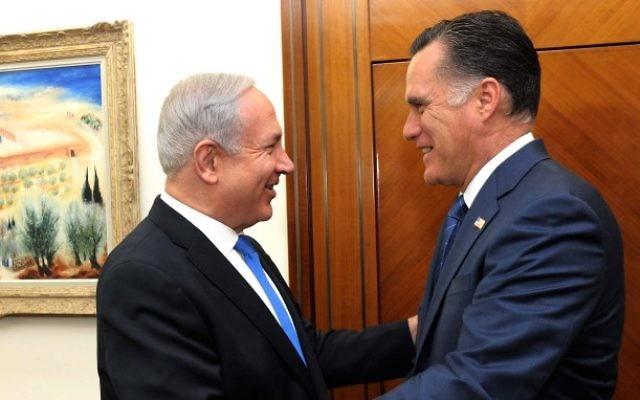 Le Premier ministre Benjamin Netanyahu et le candidat républicain à la présidentielle d'alors Mitt Romney, à Jérusalem, le 29 juillet 2012. (Crédit :  Avi Ohayon/GPO/Flash90)