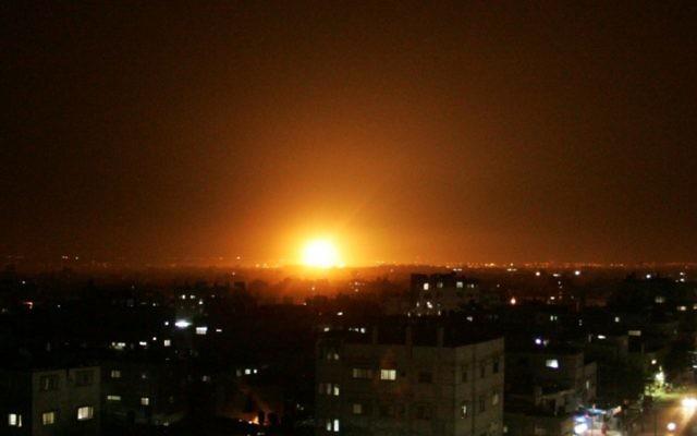 Une explosion  dans le ciel de Gaza dans un raid aérien en 2012 (Abed Rahim Khatib / Flash90)