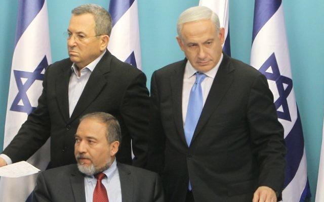 Le Premier ministre Benjamin Netanyahu, le ministre de la Défense Ehud Barak  (à gauche) et le ministre des Affaires étrangères Avigdor Lieberman (assis) lors d'une conférence de presse conjointe à Jérusalem, le mercredi 21 novembre 2012 (Crédit photo: Miriam Alster / Flash90)