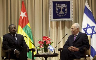 Le président du Togo, Faure Essozimna Gnassingbé, reçu par Shimon Peres, alors président d'Israël, à Jérusalem, en novembre 2012. (Crédit : Yoav Ari Dudkevitch/Flash90)