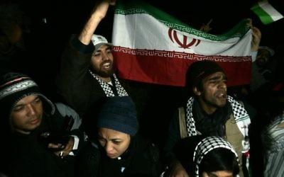 Des activistes palestiniens portent le drapeau iranien à Gaza (Crédit : Abed Rahim Khatib/Flash90)