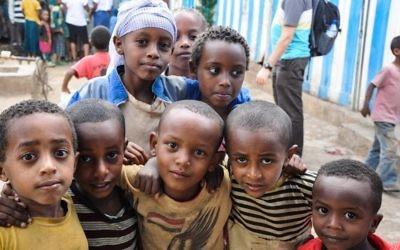 Des enfants devant une synagogue à Gondar, en Ethiopie (Crédit: Michal Shmulovich/ToI)