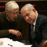 Benny Begin avec Benjamin Netanyahu à la Knesset (Crédit : Miriam Alster/Flash90)