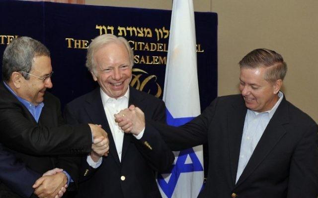 Les sénateurs américains Joe Lieberman et Lindsay Graham avec Ehud Barak, alors ministre de la Défense, à Jérusalem, en 2010. (Crédit : Ariel Hermoni/ministère de la Défense/Flash90)