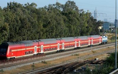 Un train de la compagnie des lignes ferroviaires israélienne (Illustration : Moshe Shai/Flash90)