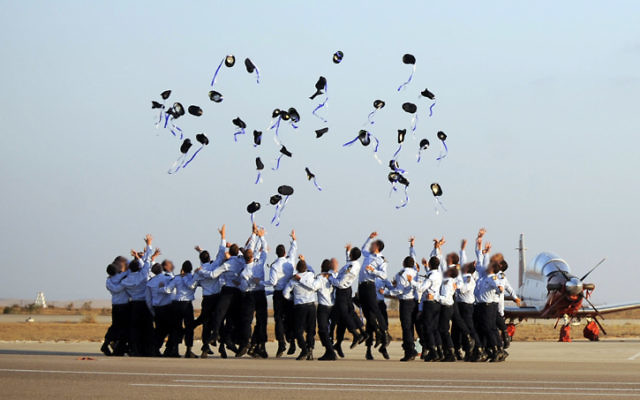 Les pilotes de l'armée de l'air pendant une cérémonie de remise des diplômes à la base aérienne de Hatzerim, dans le désert du Néguev,le 30 juin 2011 (Crédit :  Michael Shvadron/Armée du porte-parole de l'armée israélienne /Flash90)