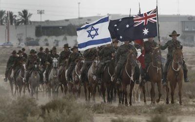 Reconstitution par des Australiens de la bataille de Beer Sheva. (Crédit : Tsafrir Abayov/Flash90)